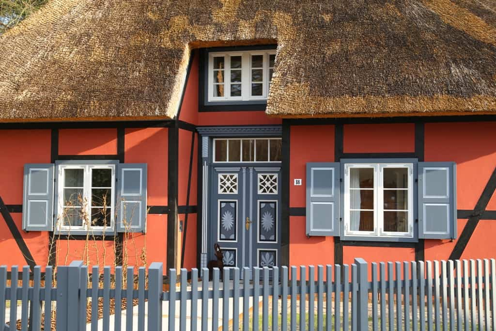 So nähern Sie sich dem Büdnerhaus: Fachwerk, Holz und Reet