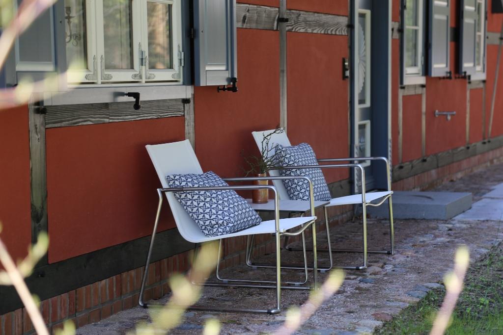 Stühle hinterm Haus