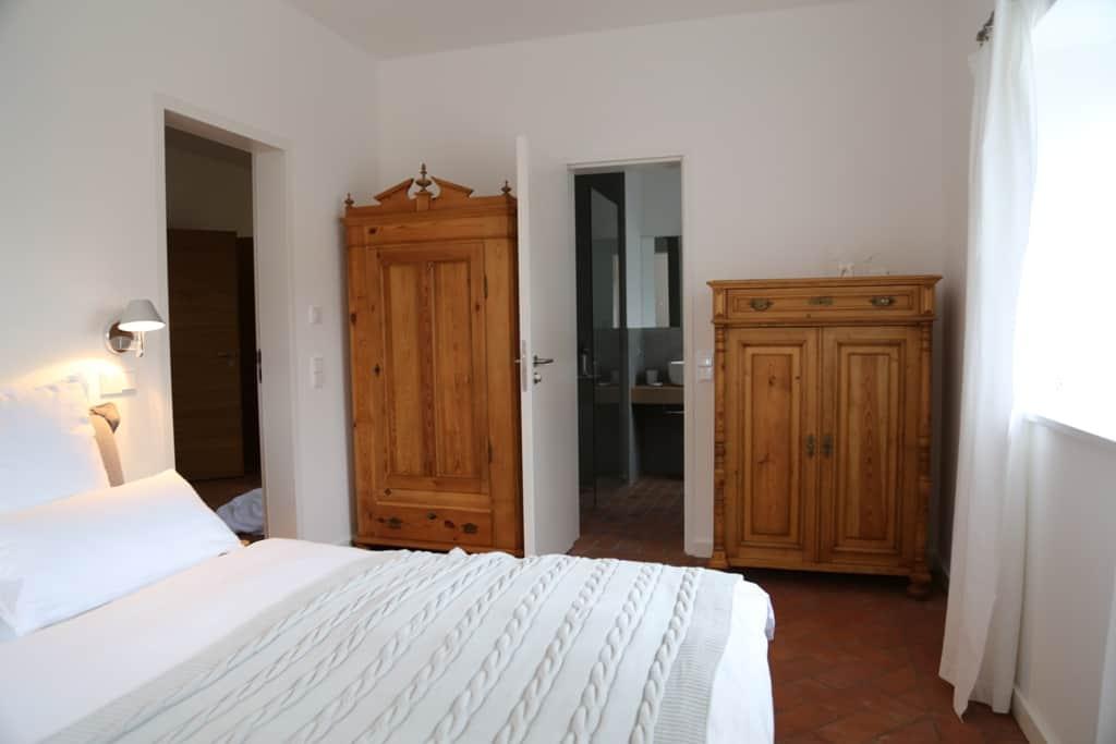 Bett, Beleuchtung und Möbel wurden passen für das Büdnerhaus ausgesucht