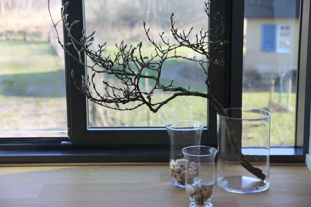 Fensterdeko im Obergeschoss mit Zwei und Muscheln