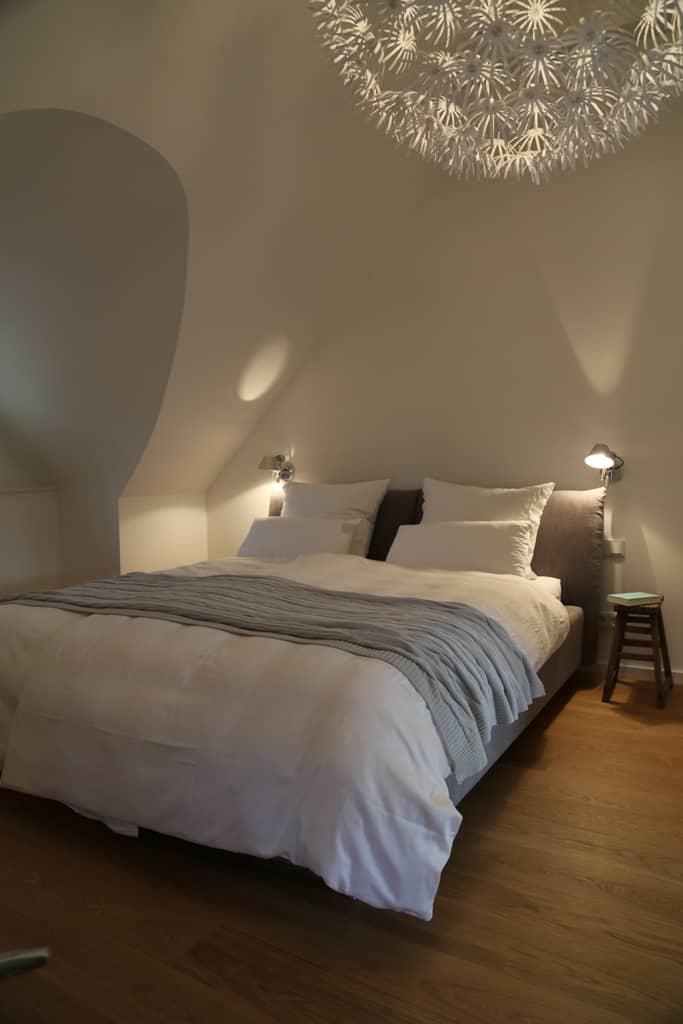 Das Bett im Dachgeschoss-Schlafzimmer ist extragroß: 2,20 Meter lang